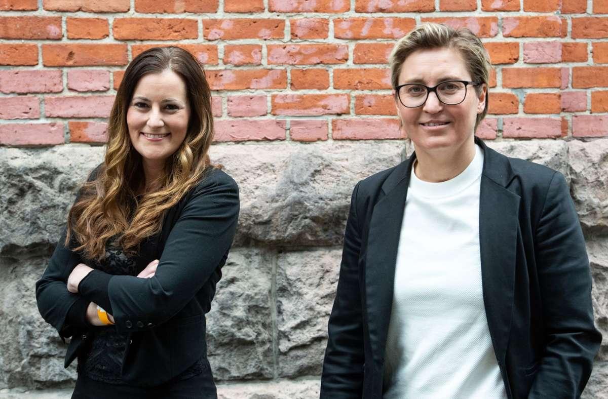 Janine Wissler (links) und Susanne Hennig-Wellsow, die neuen Bundesvorsitzenden der Partei Die Linke, stehen nach ihrer Wahl beim Online-Bundesparteitag der Linken zusammen. Foto: dpa/Bernd von Jutrczenka