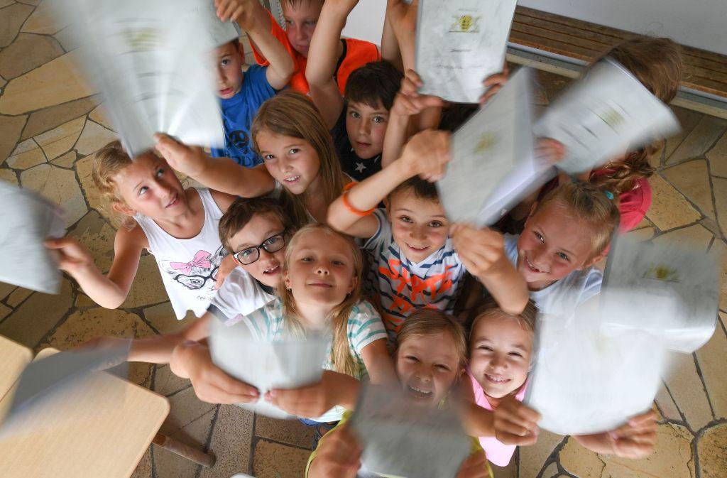 Für manche durchaus ein Tag zum Jubeln: Diese Zweitklässler freuen sich über ihre Zeugnisse. Mit dem Ende der Grundschule steigt allerdings der Druck auf viele Kinder. Foto: dpa