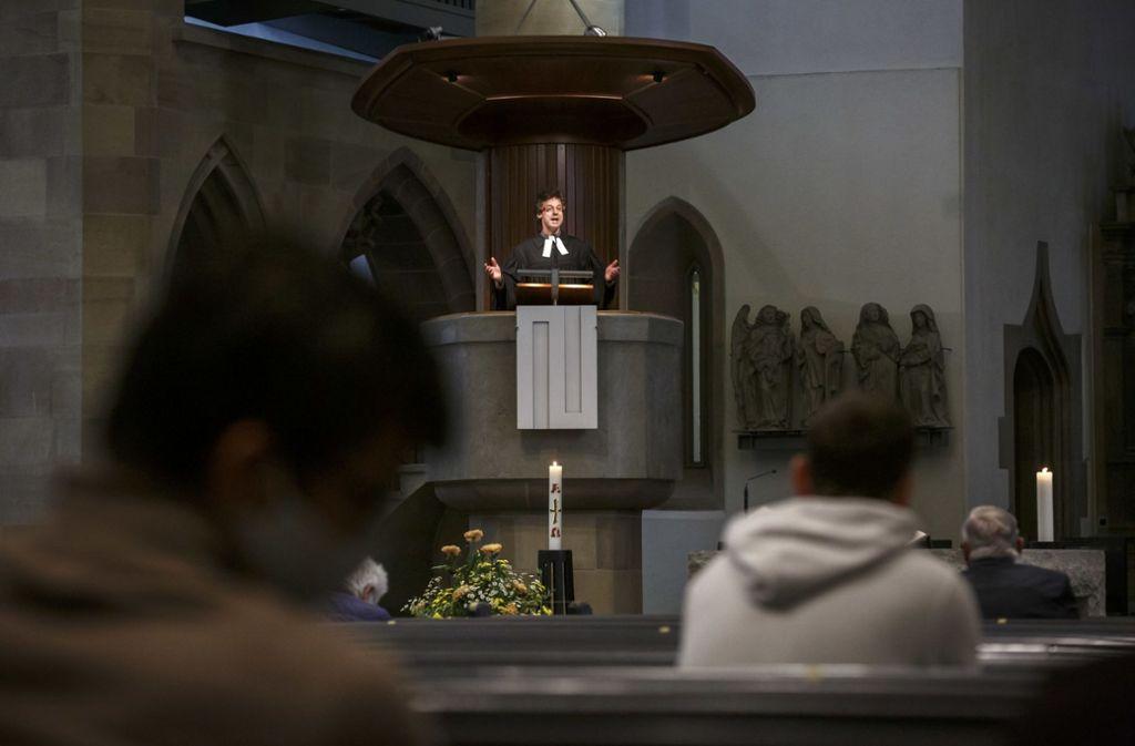 Stiftspfarrer Matthias Vosseler in der Stiftskirche in Zeiten der Coronakrise. Foto: Lichtgut/Julian Rettig