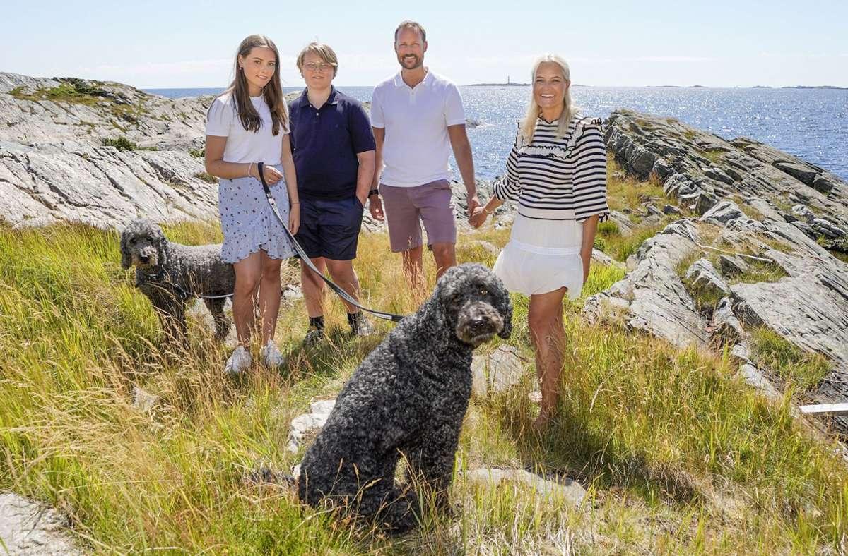 Der norwegische Kronprinz Haakon (2.v.r.), Kronprinzessin Mette-Marit (r), Prinz Sverre Magnus (2.v.l), Prinzessin Ingrid Alexandra (l) und die Hunde Milly Kakao (l) und Muffins Krakebolle in den Sommerferien im vergangenen Jahr. Foto: dpa/Lise Ĺserud