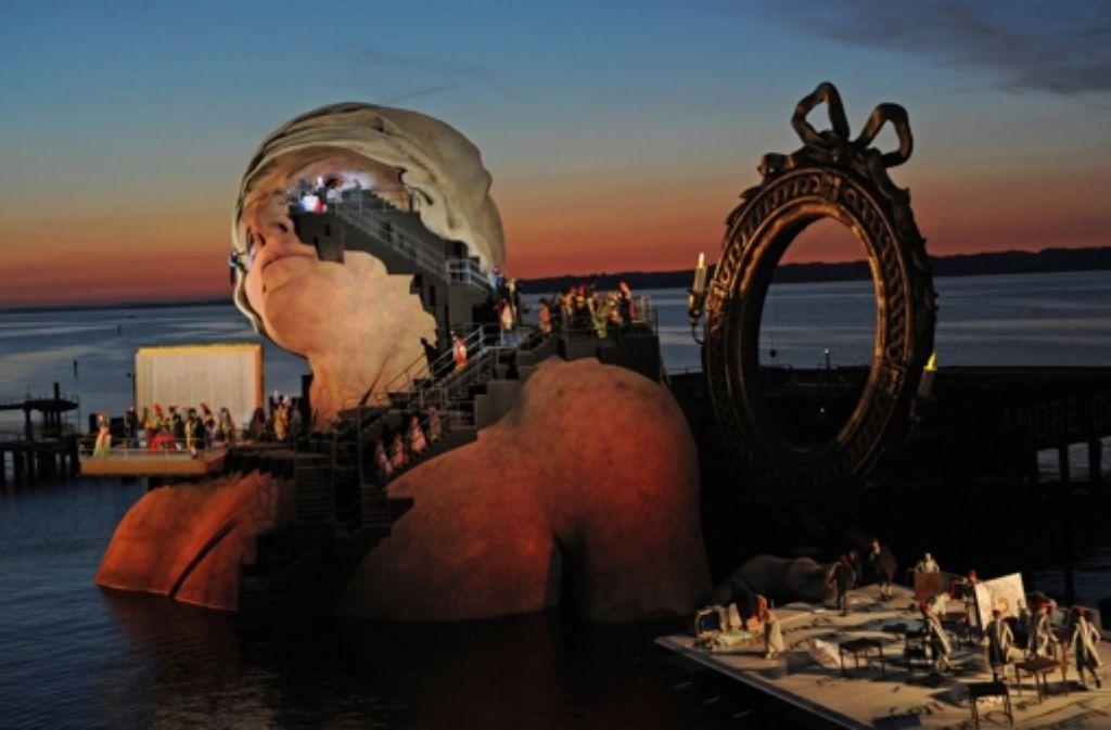 """Die eindrucksvolle Seebühnenkulisse zur Oper """"André Chénier"""" Foto: dpa"""
