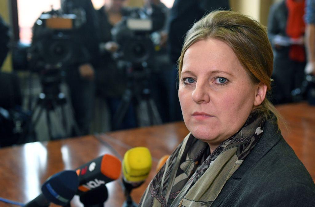 Rechtsanwältin Ramona Hoyer vertritt Peggys Mutter. Bei einer Pressekonferenz in Wettin berichtete sie über den Gefühlszustand der Familie. Foto: dpa