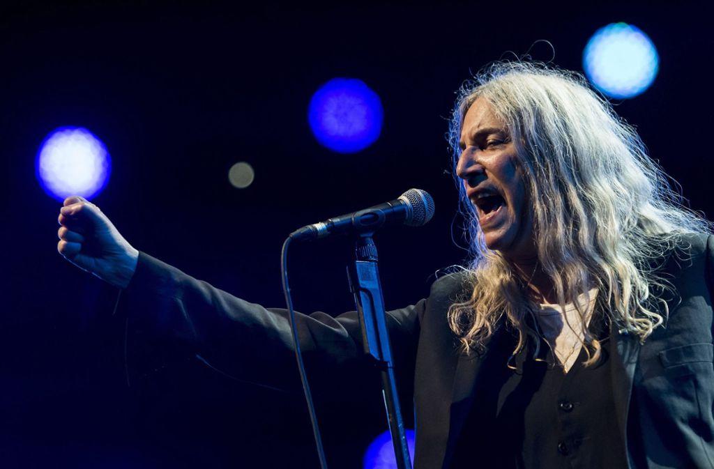 Patti Smith singt im Sommer auch in Stuttgart Foto: dpa/Jean-Christophe Bott