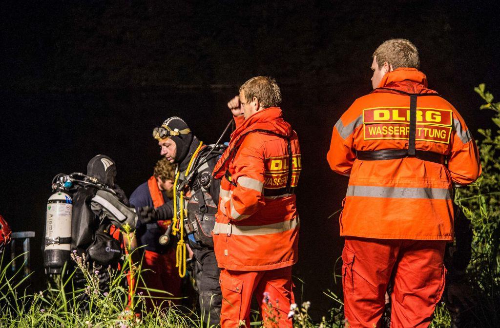 Taucher suchen im Neckar nach einem vermissten jungen Mann. Foto: Friebe/SDMG