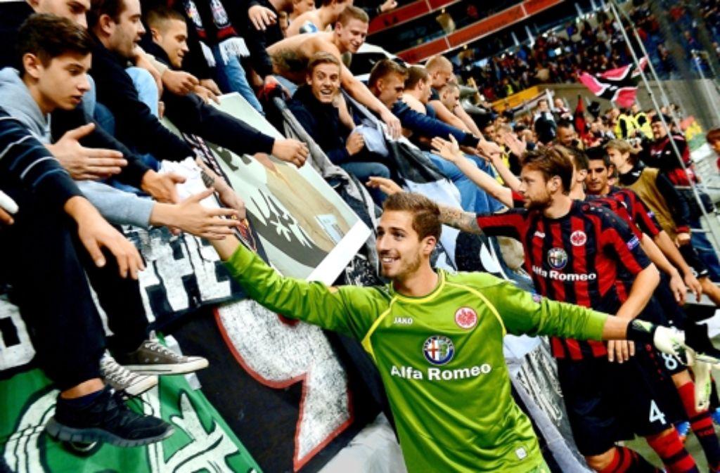 Frankfurts Torhüter Kevin Trapp und seine Teamkollegen lassen sich feiern. Foto: dpa
