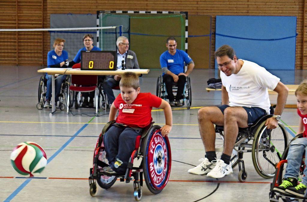 Auch der Landrad Richard Sigel jagt im Rollstuhl  dem Ball. Foto: Brigitte Hess