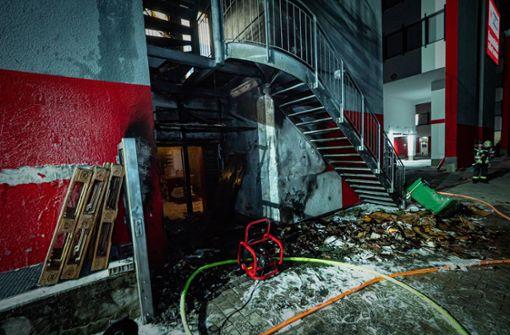 Mülltonnenbrand greift auf Fassade über – hoher Schaden