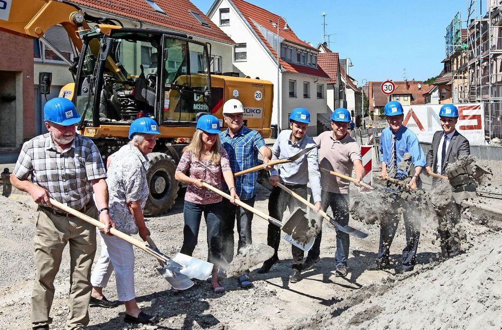 Gemeinderäte, Landrat Bernhard (2.v.r.) und Bürgermeister Töpfer (r.) Foto: factum/Bach