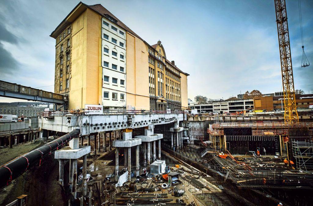Die ehemalige Bahndirektion steht jetzt auf Betonpfählen. Foto: Lichtgut/Achim Zweygarth