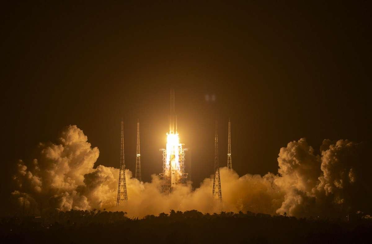 """Eine Rakete vom Typ """"Langer Marsch 5"""", die das Raumschiff """"Chang'e 5"""" auf den Weg zum Erdtrabanten bringen sollte, startet am 24. November auf der Startrampe des Wenchang Space Launch Center. Foto: Mark Schiefelbein/AP/dpa"""