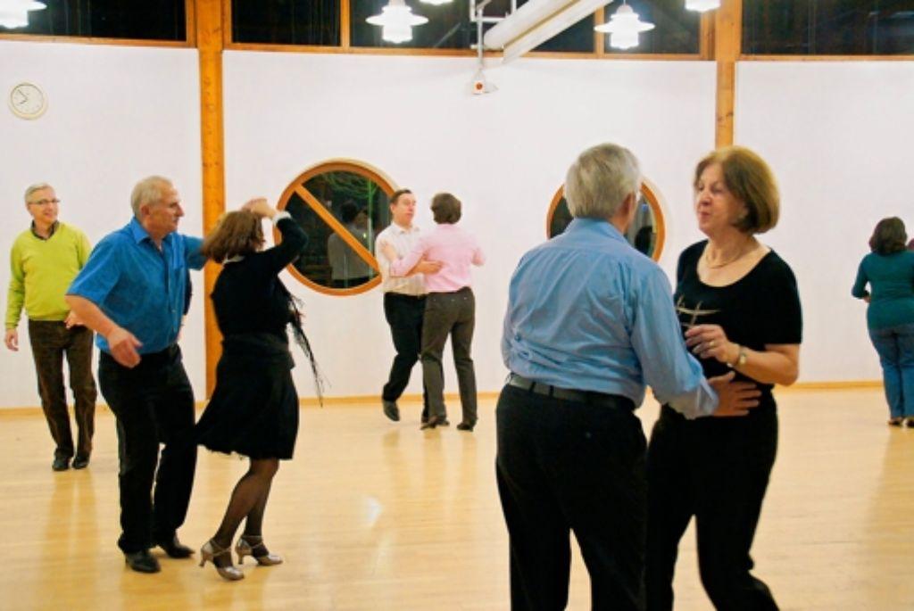 Jeden Dienstagabend trifft sich eine Gruppe von erfahreneren Tänzern im Bürgertreff Hausen. Auf dem Programm stehen Standard- und Lateintänze. Foto: Leonie Hemminger