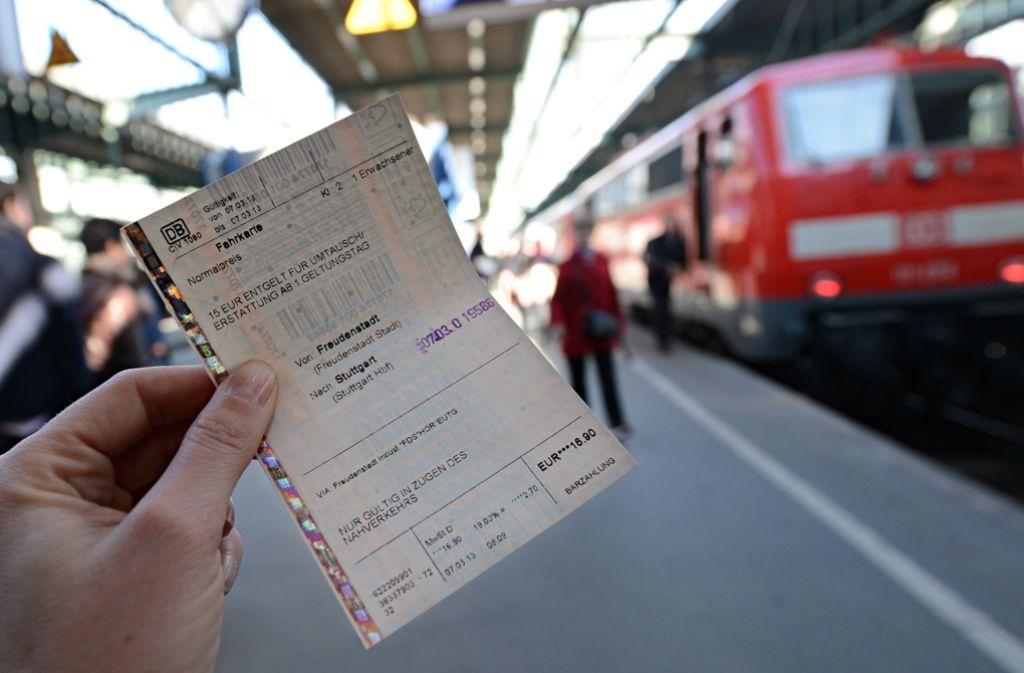 Zugreisende kommen künftig leichter an Tickets von Konkurrenten der Deutschen Bahn. Foto: dpa