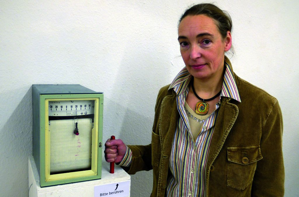 """Marion Musch mit ihrem Kunstwerk """"Art lovers heat"""". Das umgebaute Messgerät zeichnet die Körperwärme der Besucher auf, die den roten Fühler berührten. Foto: z/Géza Spiegel"""