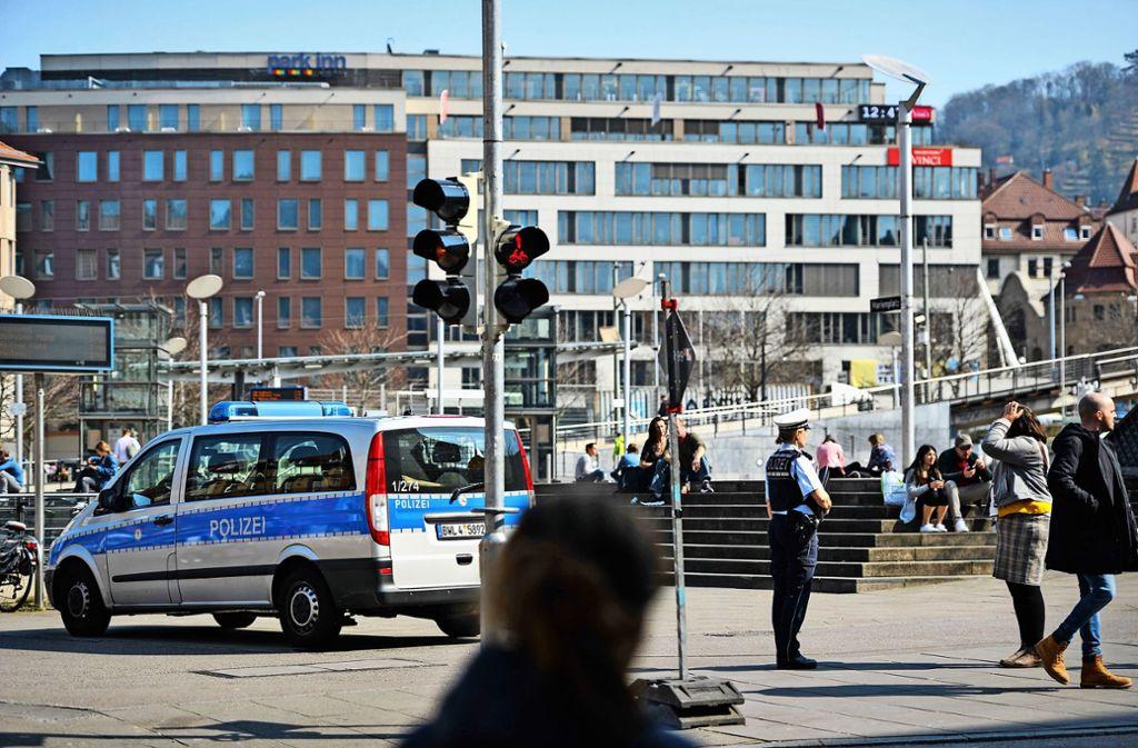 Die Polizei spricht auf dem Marienplatz im Stuttgarter Süden Menschen an, die sich dort aufhalten.  Die Beamten setzen auf die Vernunft der Bürger, auf den Plätzen Abstand voneinander zu halten    und nach Hause zu gehen. Foto: Lichtgut/Max Kovalenko