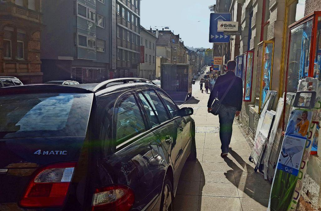 Parken auf dem Gehweg? Für die Fußlobbyisten ein Unding. Der Platz gehört aus ihrer Sicht den Fußgängern. Foto: Kathrin Wesely ( Archiv)