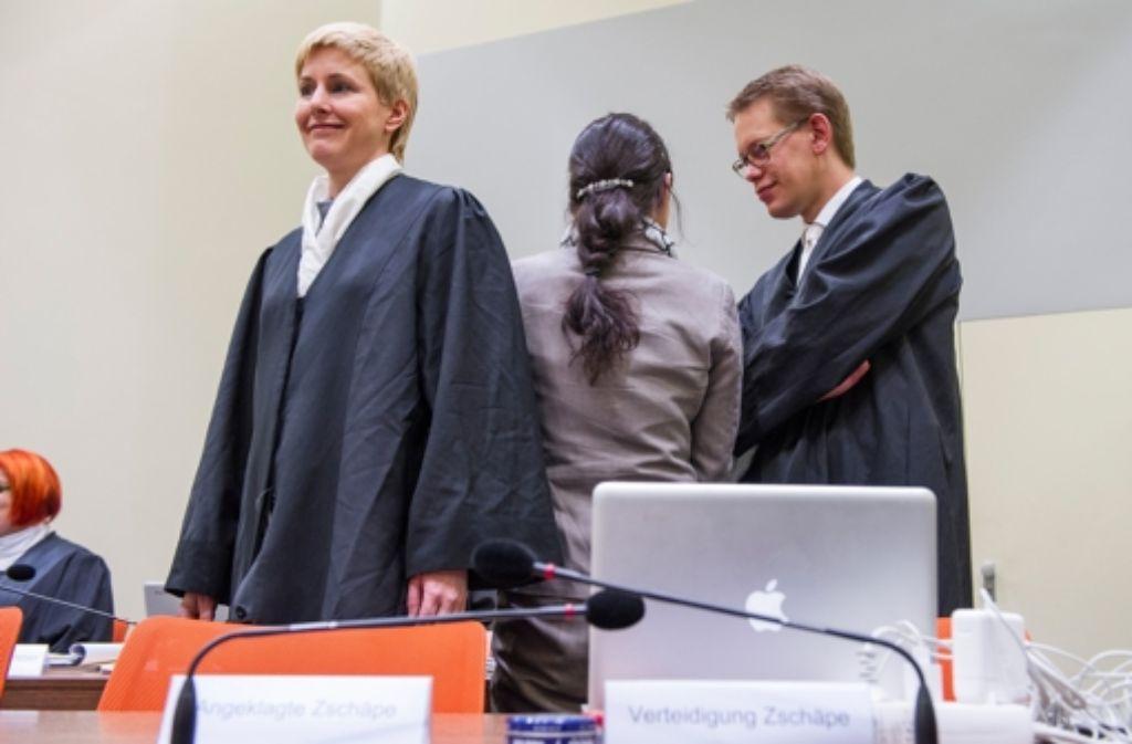 Die Angeklagte Beate Zschäpe (Mitte) neben ihren Anwälten Anja Sturm und Wolfgang Heer.  Foto: dpa
