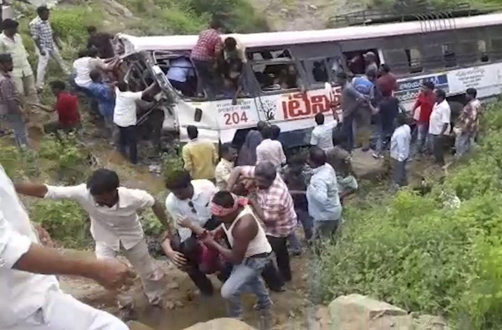 Auf Fotos waren Menschen zu sehen, die Passagiere aus einem Bus mit einer demolierten Front und teils zerstörten Fensterscheiben ziehen Foto: dpa
