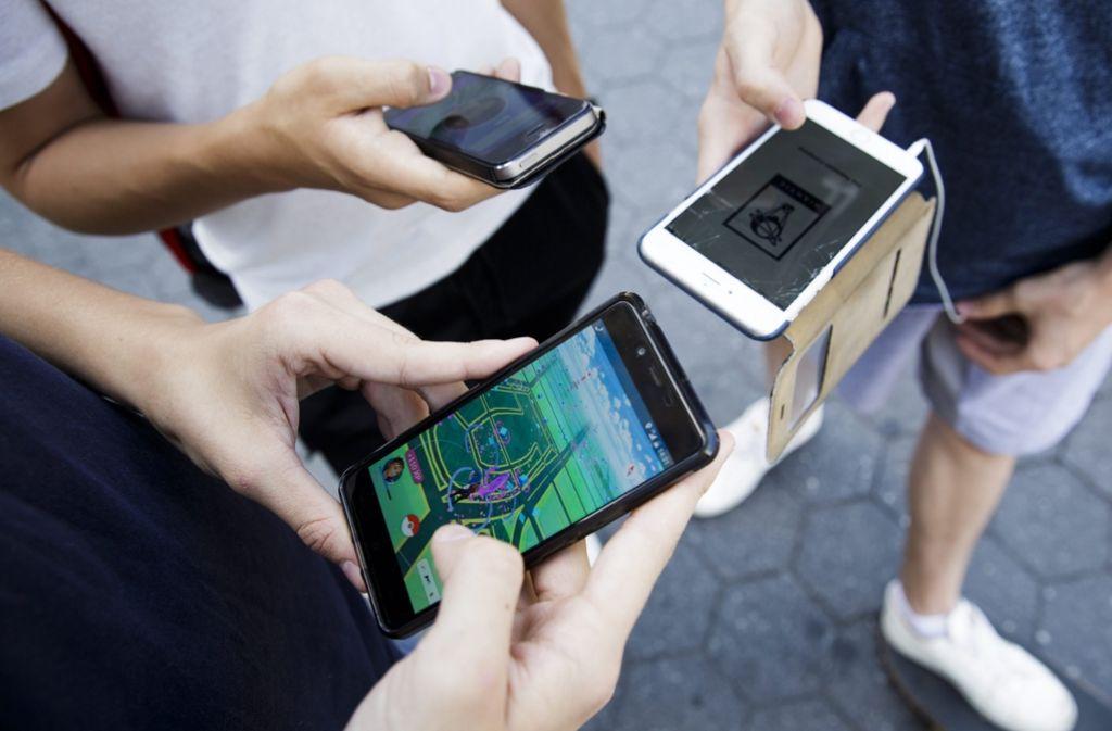 Eine Gruppe Jugendlicher spielt Pokémon Go. Foto: dpa