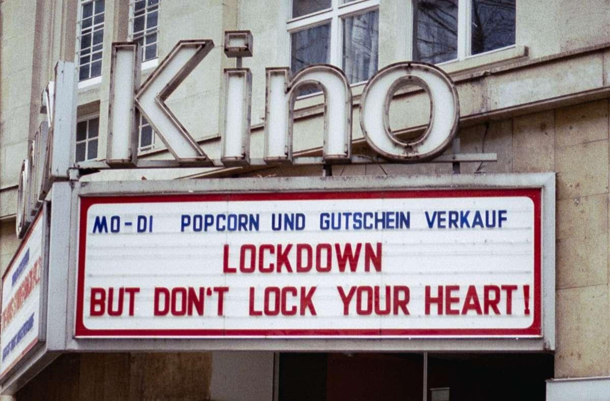Ein Kinoschild sagt mehr als tausend Viren. Foto: StZN/Laura Hornberger