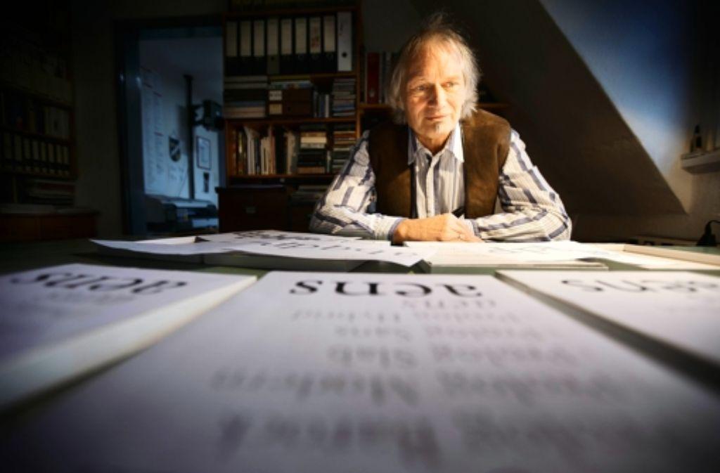 Hellmut G. Bomm mit den Entwürfen seiner neuen Schrift Foto: Gottfried Stoppel