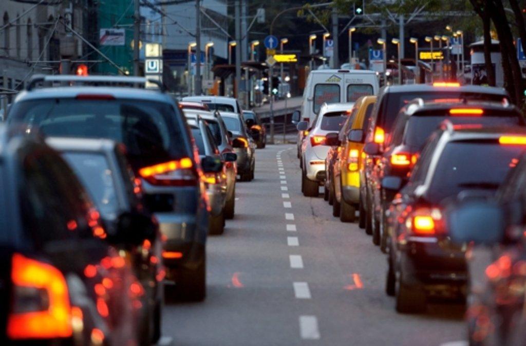 Nach einem Unfall im Leuzetunnel staut sich der Verkehr am Montag auch in Richtung Stuttgarter Innenstadt. Foto: dpa/Symbolbild