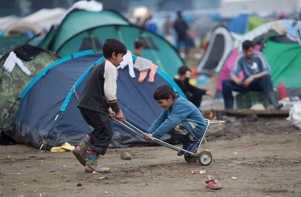 Flüchtlingskinder spielen im Flüchtlingslager in Idomeni an der Grenze zwischen Griechenland und Mazedonien. Foto: dpa/Kay Nietfeld