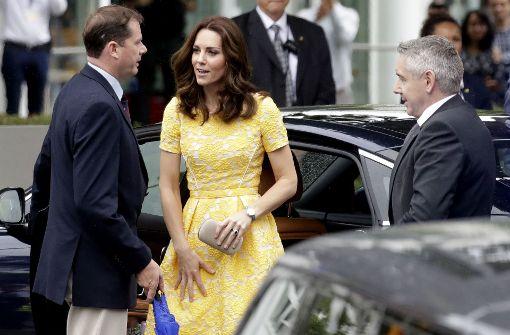 Kates Kleid: gelb, blumig, bieder