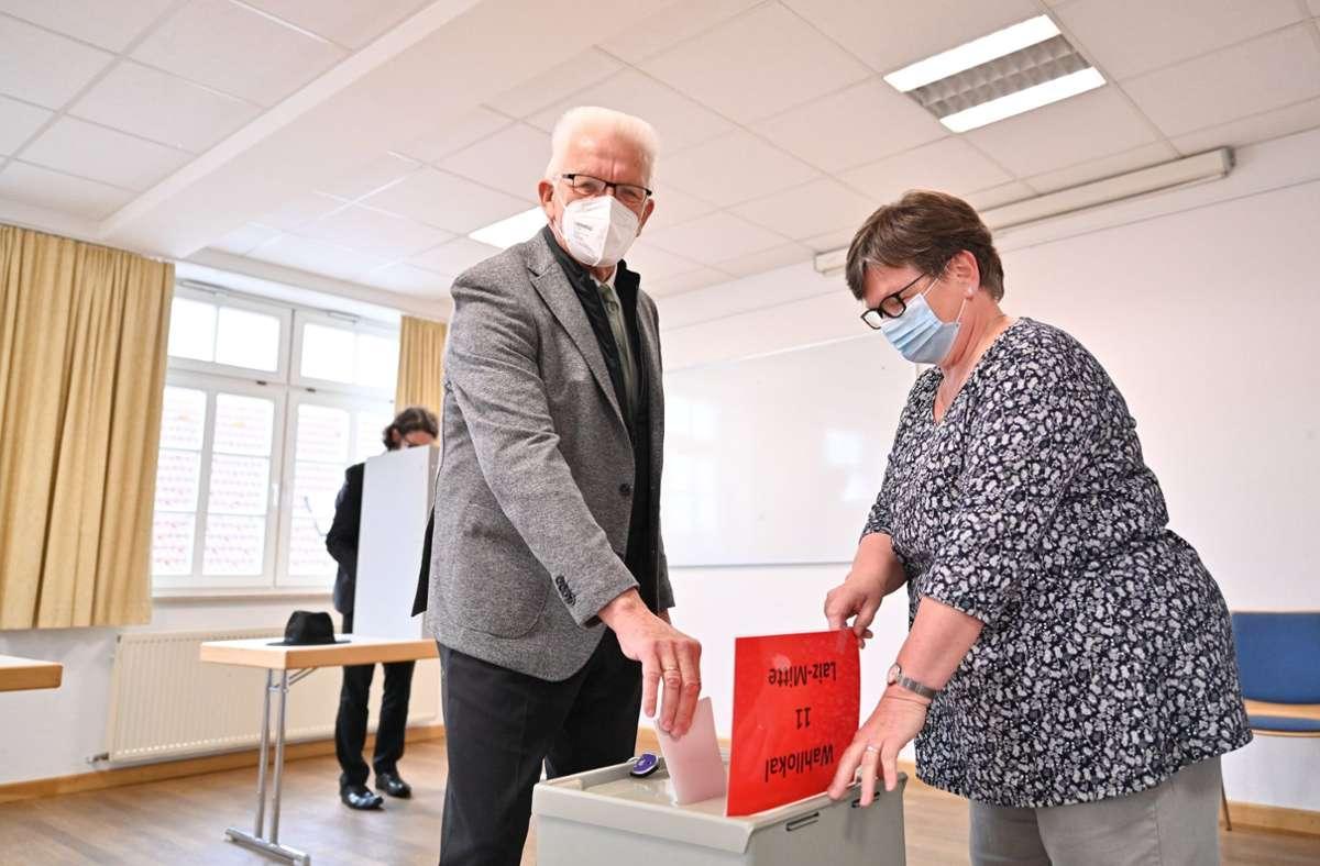 Ministerpräsident Winfried Kretschmann bei der Stimmabgabe in Laiz bei Sigmaringen. Foto: dpa/Felix Kästle
