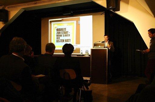 """Bezirksvorsteher Martin Körner hat die Initiative für den """"Medienosten"""" ergriffen. Der Slogan stammt vom Handels- und Gewerbeverein Ost Foto: Jürgen Brand"""