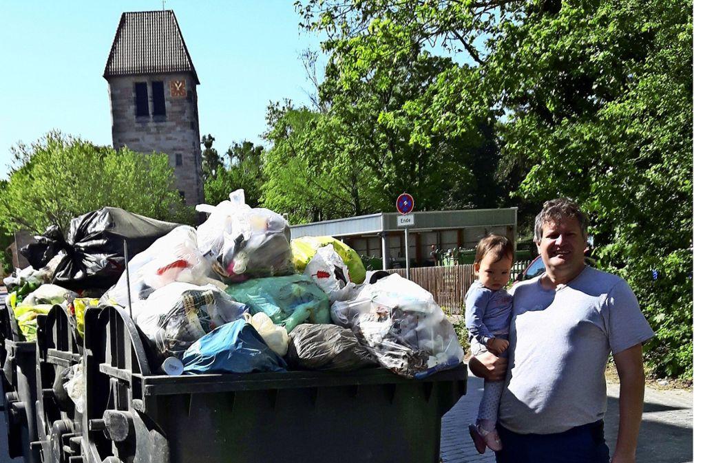 Bertram Wohlfahrt klagt über Müllberge vor der Haustür. Foto: Eva Funke