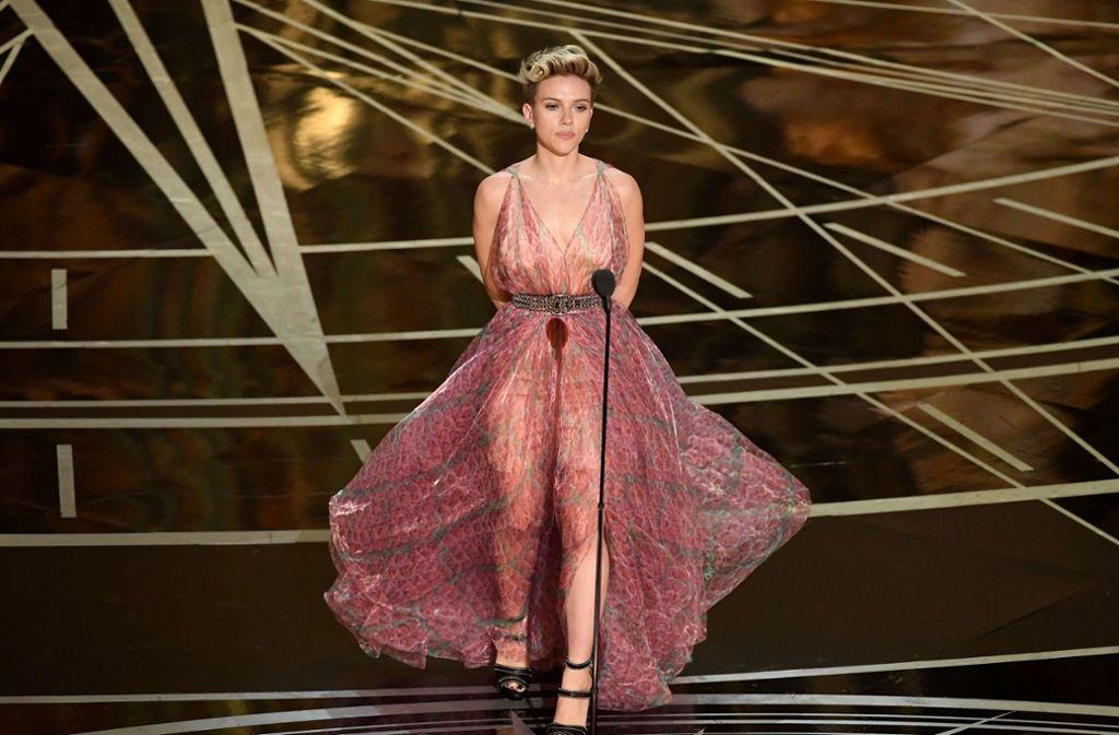 Die Schauspielerin Scarlett Johansson bei der Oscar-Verleihung 2017: das transparente Kleid in Pastell-Farben in Kombination mit dem Nietengürtel war nun wirklich nicht die stilsicherste Wahl. Foto: