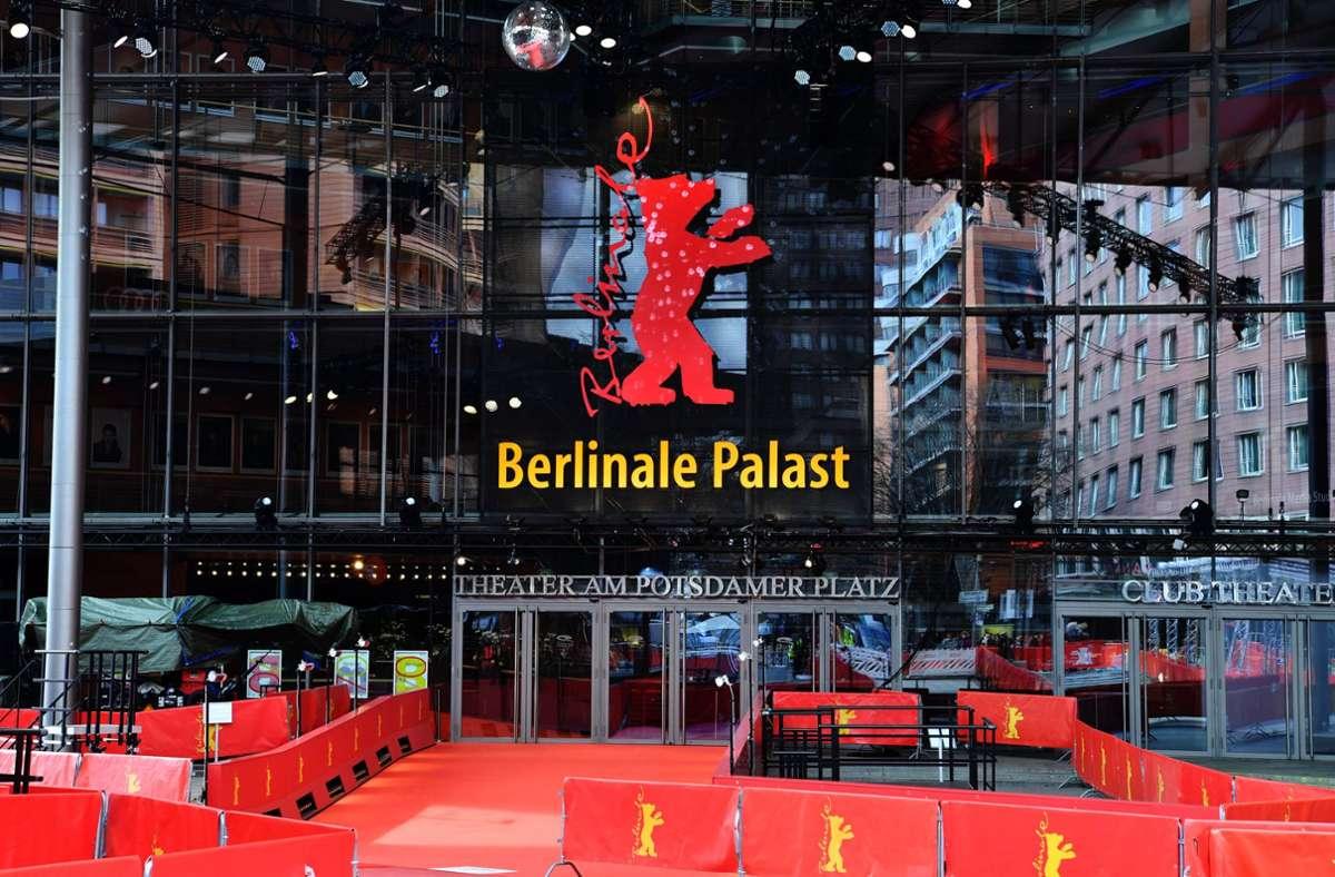 Der Platz vor dem Berlinale Palast unweit des Potsdamer Platzes in der Hauptstadt ist leer. Mit der Berlinale findet eines der wichtigsten Filmfestivals der Welt vorerst online statt. Foto: dpa/Paul Zinken