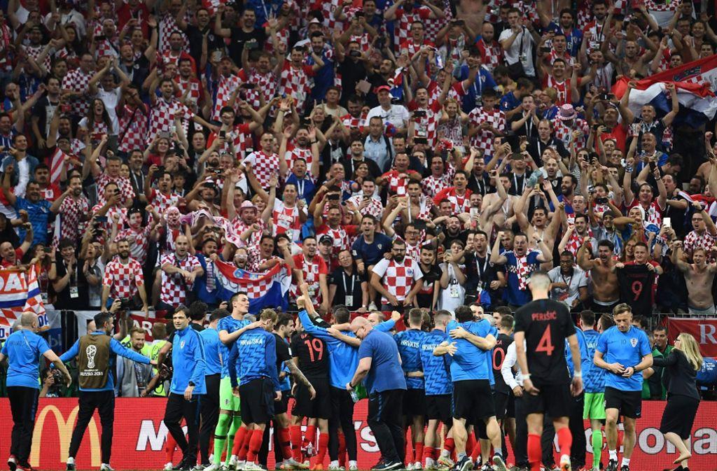 Die kroatische Mannschaft lässt sich nach ihrem Halbfinalsieg von ihren Fans feiern. Foto: AFP