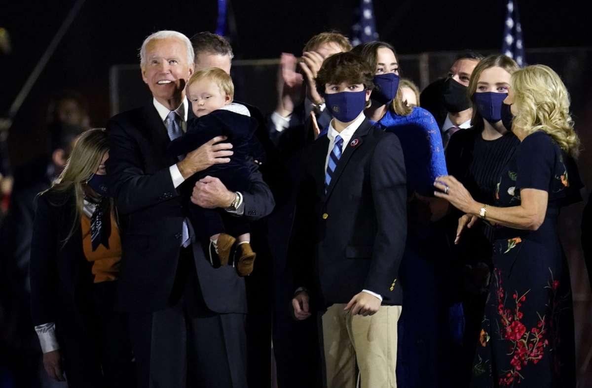 Joe Biden hält seinen jüngsten Enkel im Arm – er heißt Beau, wie sein verstorbener Onkel. Foto: dpa/Paul Sancya