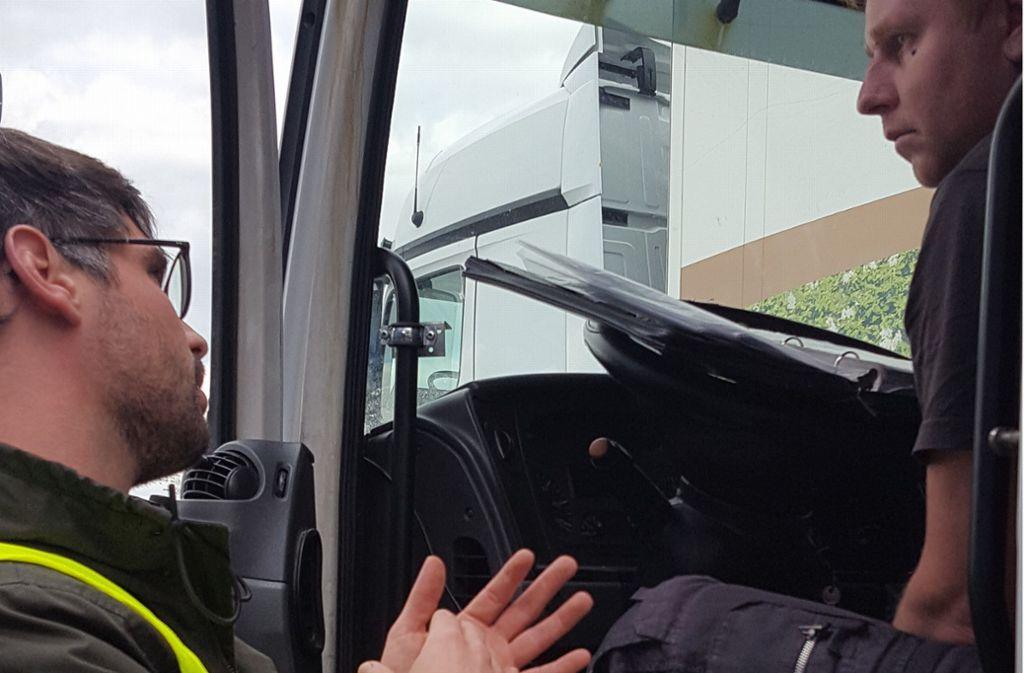 Fachleute des DGB-Projekts Faire Mobilität  klären an der Autobahn  ausländische Fahrer über ihre Rechte auf. Foto: