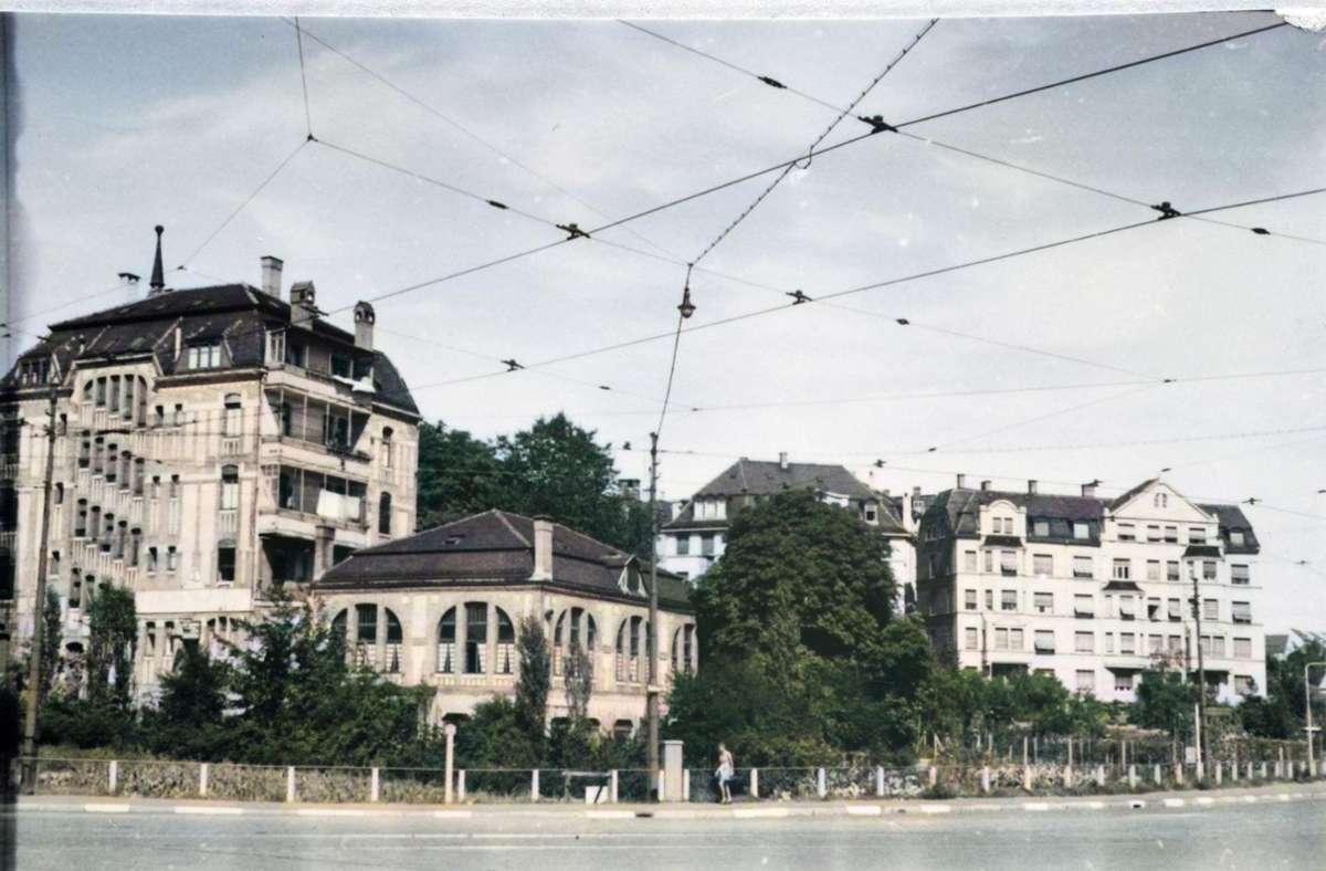 """Das """"Jägerhaus"""" in der Oberen Waiblinger Straße in Bad Cannstatt existiert schon 1942. Wir haben das Foto aus dem Bestand unseres Projekts auf Leserwunsch hin eingefärbt – so wie die übrigen Fotos in der Bilderstrecke. Foto: Stadtarchiv Stuttgart /Einfärbung Simon Uhl"""