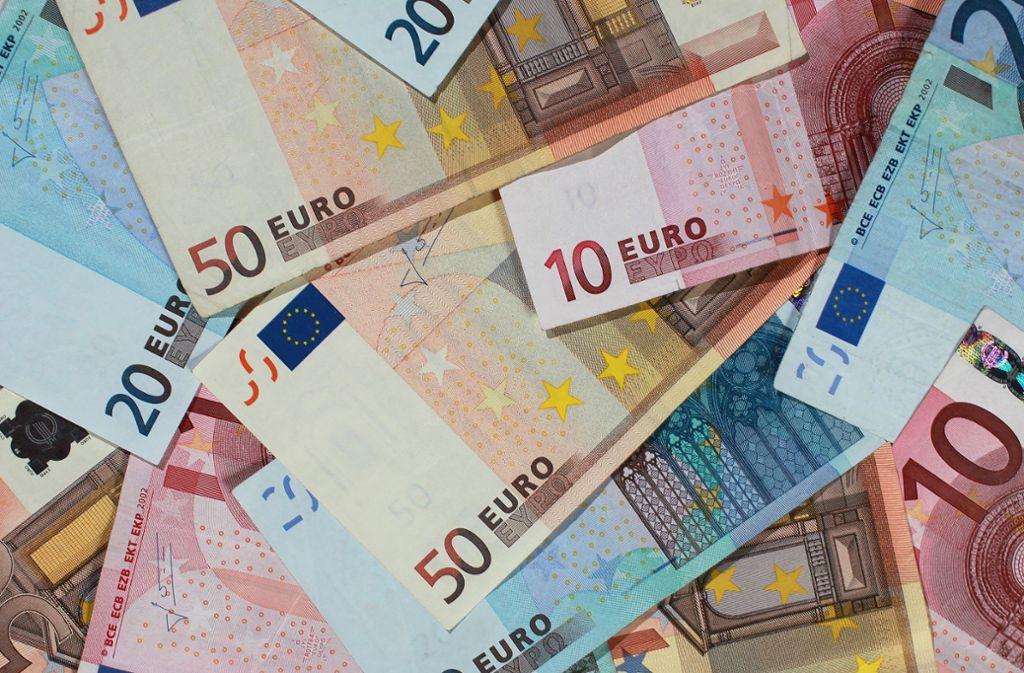 Mit großformatigen Euro-Münzen und Banknoten-Attrappen haben   Mitarbeiter einer Bank vor 20 Jahren über die neue   Währung informiert. Foto: dpa