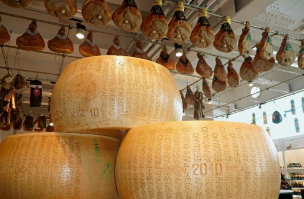 """Stapelweise Käse und Schinken an der Decke: ein Blick ins """"Eataly"""" Foto: dpa"""