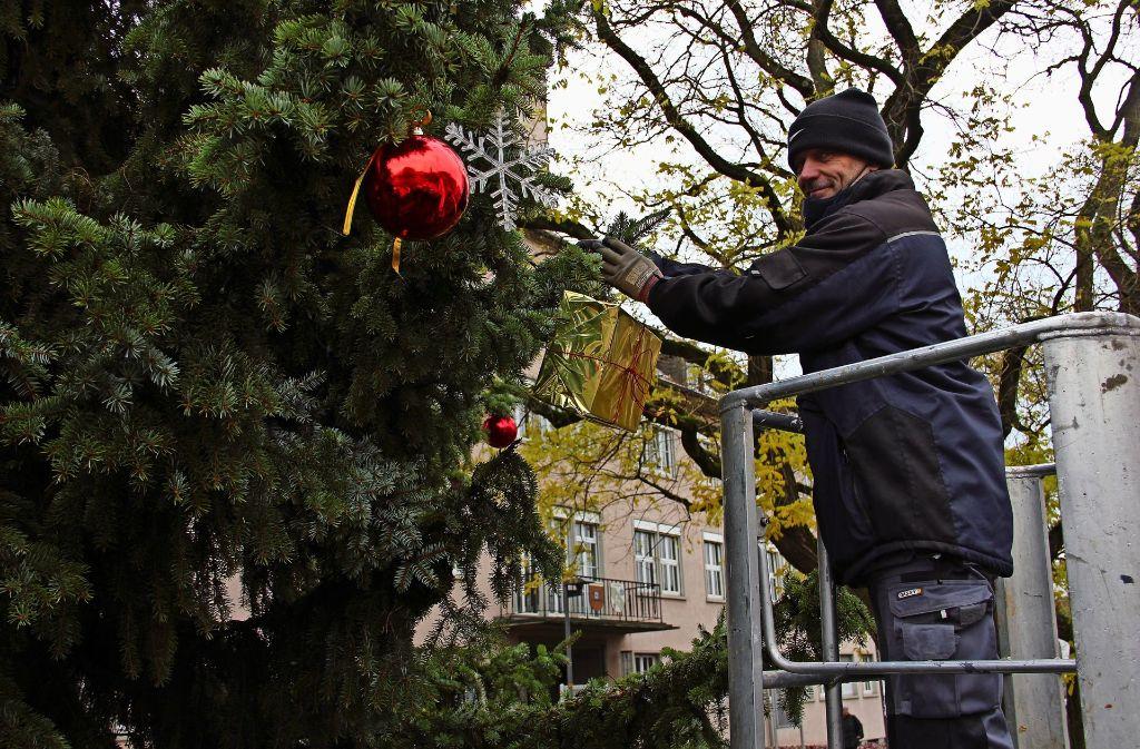 weihnachtsbaum in zuffenhausen eine zehn meter hohe. Black Bedroom Furniture Sets. Home Design Ideas