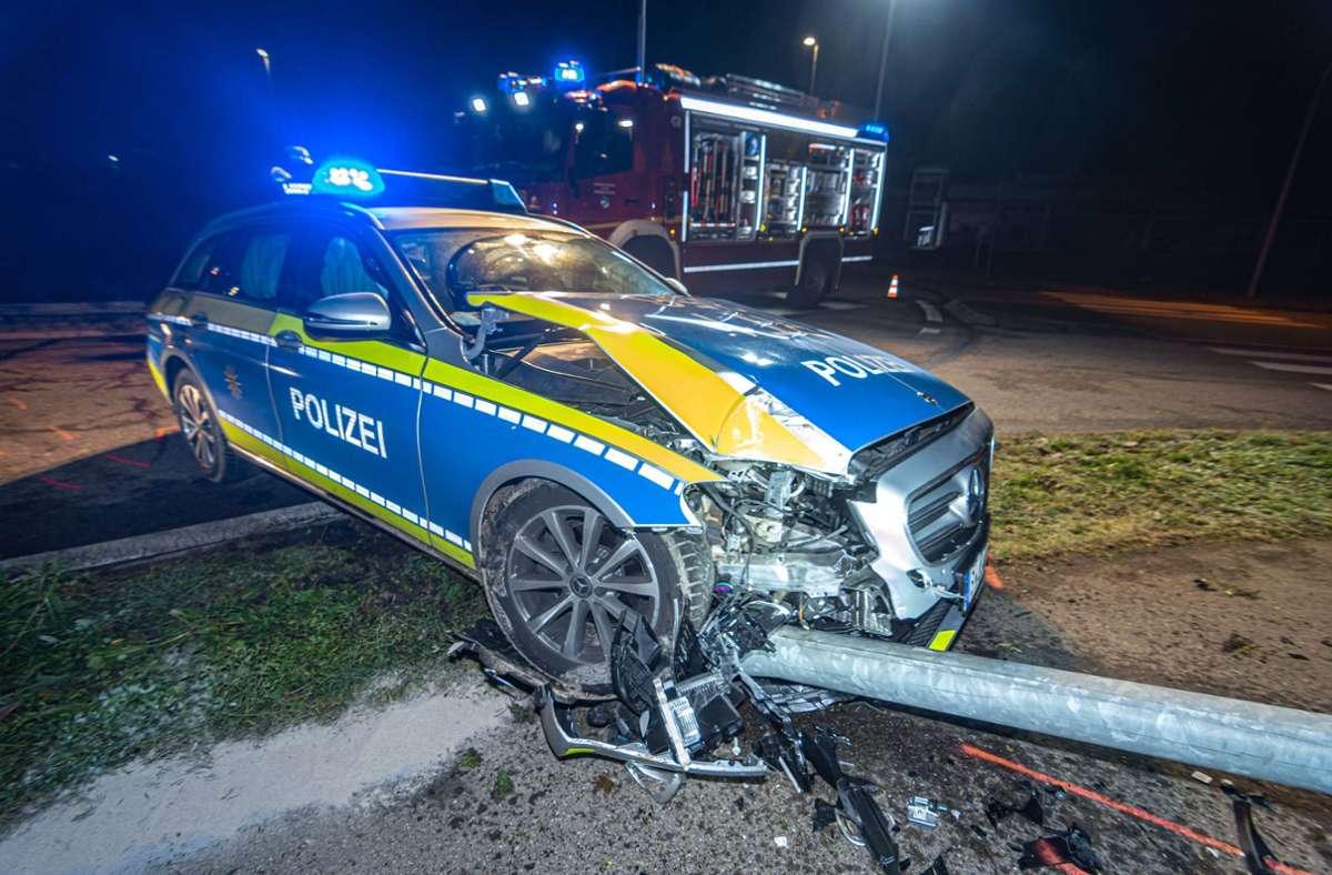 An dem Polizeiauto entstand bei dem Unfall ein erheblicher Schaden. Foto: 7aktuell.de/Moritz Bassermann
