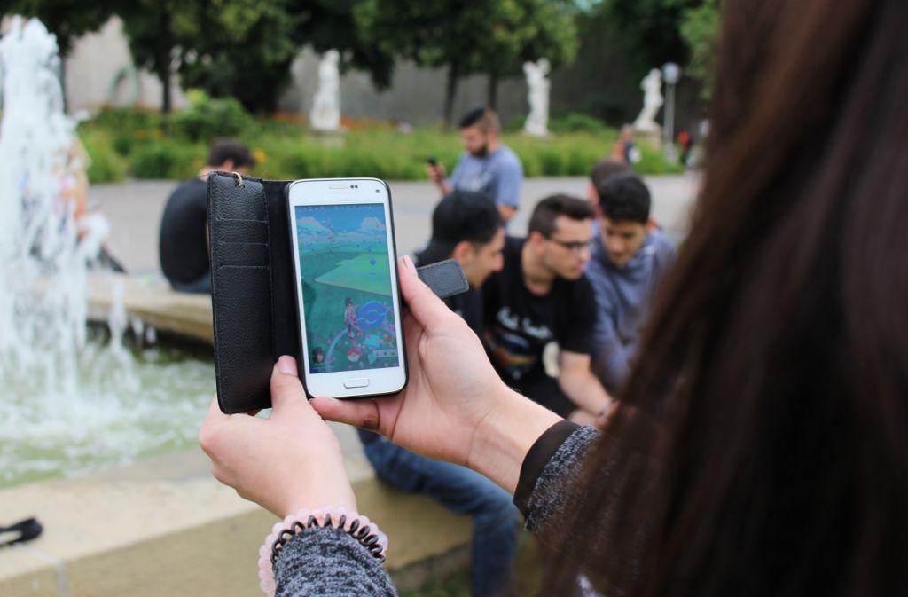 Irgendjemand hat im Stuttgarter Schlossgarten Lockmodule gelegt. Hier treffen sich nun duzende junge Leute auf der Jagd nach virtuellen Pokémon. Foto: Spanhel