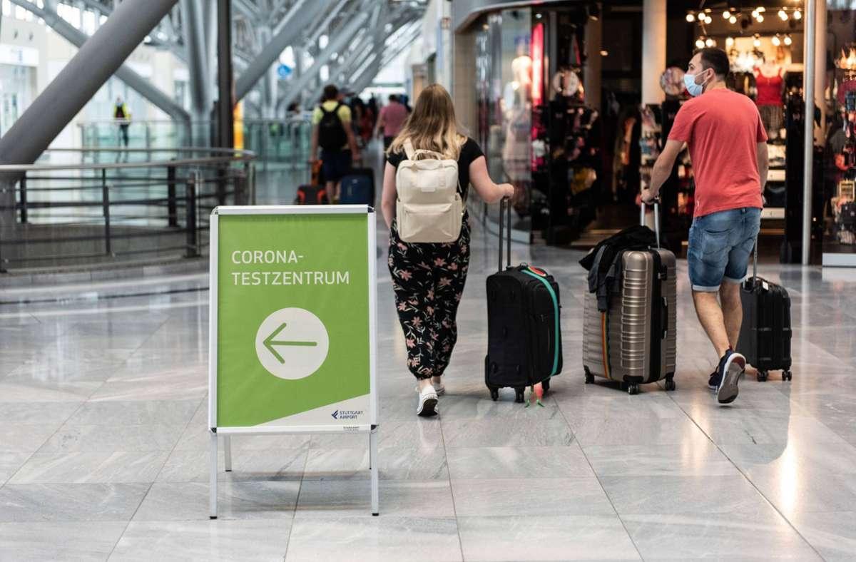 Nicht alle Reiserückkehrer müssen sich nach dem Urlaub testen lassen (hier das Corona-Testzentrum am Flughafen Stuttgart). Aber viele sind infiziert. Foto: 7aktuell.de/Tim Schips