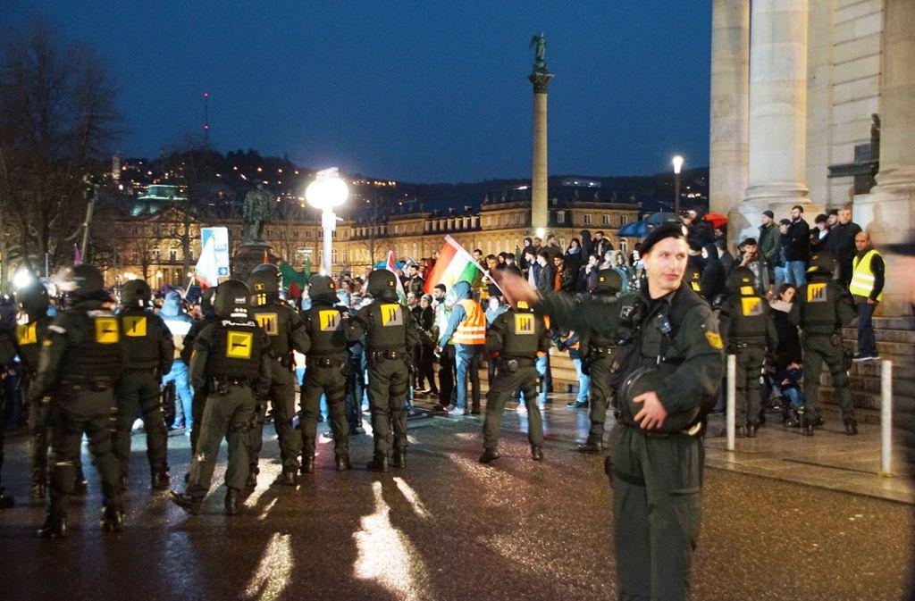 Bei Einsätzen im Freien – hier eine Demo in Stuttgart – darf die Polizei Body-Cams verwenden, nicht jedoch in geschlossenen Räumen. Auch über diesen Punkt des Polizeigesetzes ringt die Koalition. Foto: dpa/Sdmg