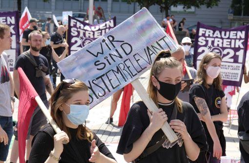 Demonstranten fordern soziale Gerechtigkeit in Corona-Krise