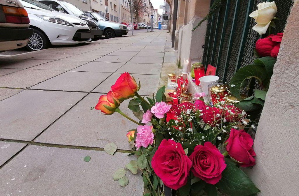 Passanten haben Blumen und Kerzen am Tatort in der Forststraße niedergelegt. Foto: Andreas Rosar