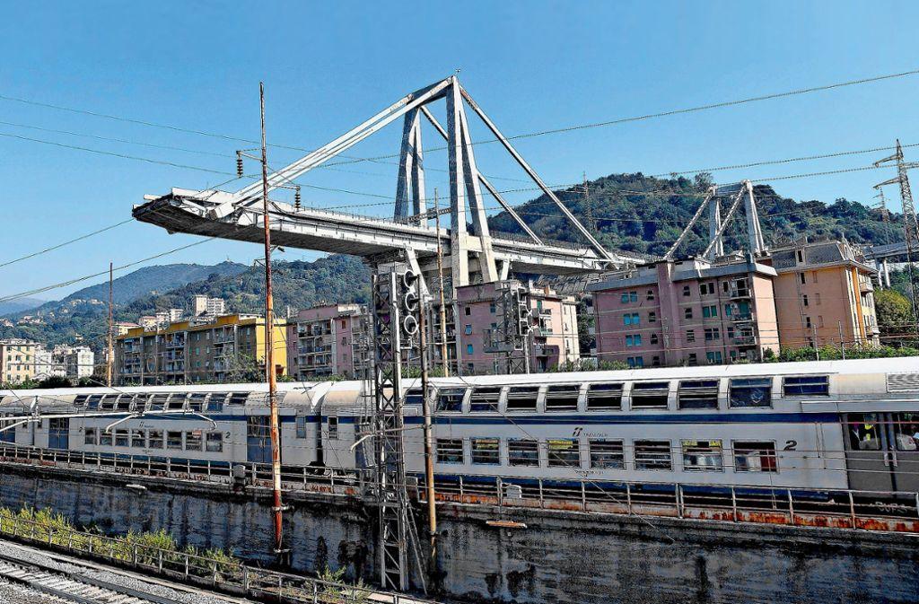 Die Bahnstrecke unter der eingstürzten Brücke ist wieder freigegeben. Sonst ist seit dem Unglück in Genua nur wenig passiert. Foto: dpa