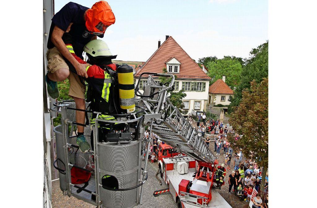 """Ein """"Verletzter"""" wird gerettet  – bei der jüngsten Übung hat die Feuerwehr gezeigt, wie das gemacht wird. Foto: factum/Archiv"""