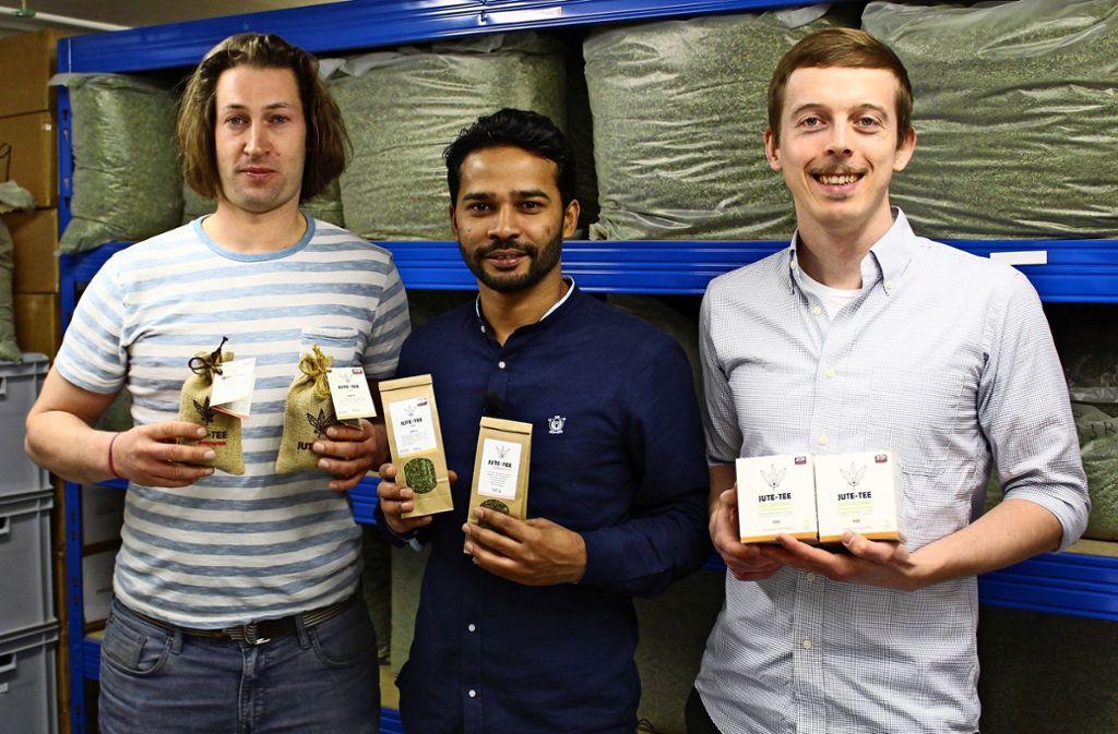 Julian Börner, Mizanur Rahman und Julian Kofler (v. li.) stellen Jute-Tee her. Foto: Jacqueline Fritsch