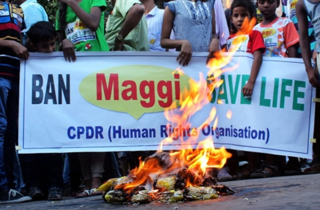Mitglieder einer Menschenrechtsorganisation verbrennen angeblich mit Blei belastete Nudeln. Foto: EPA