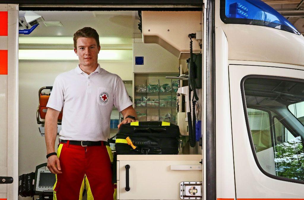 Seine Uniform ist rot und weiß, seine Motivation ist das Helfen – Johannes Eder lernt den Beruf des Notfallsanitäters. Foto: factum/Granville